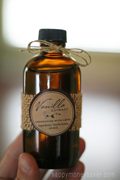 Making Homemade Vanilla Extract is so easy. Would make a wonderful homemade Christmas gift. #homemade
