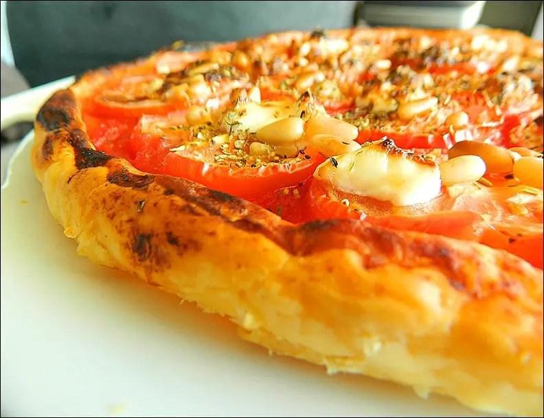 Tarte fine tomates, chèvre, pignons et basilic