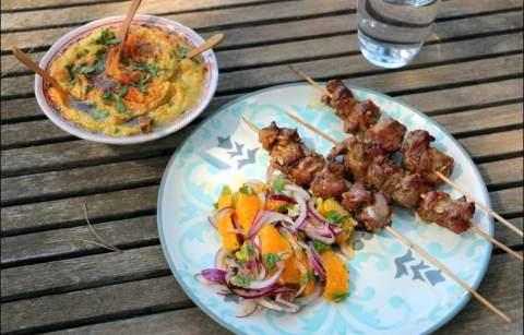 brochettes d'agneau mariné à l'orange et au fenouil, salade d'oranges à la menthe
