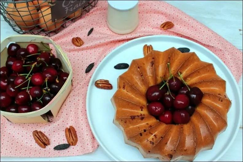 Gâteau au yaourt aux cerises, noix de pécan et fève tonka