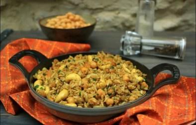 riz épicé aux pois chiches noix de cajou et oignons grillés
