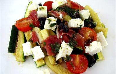 salade de courgettes à la feta et jambon cru