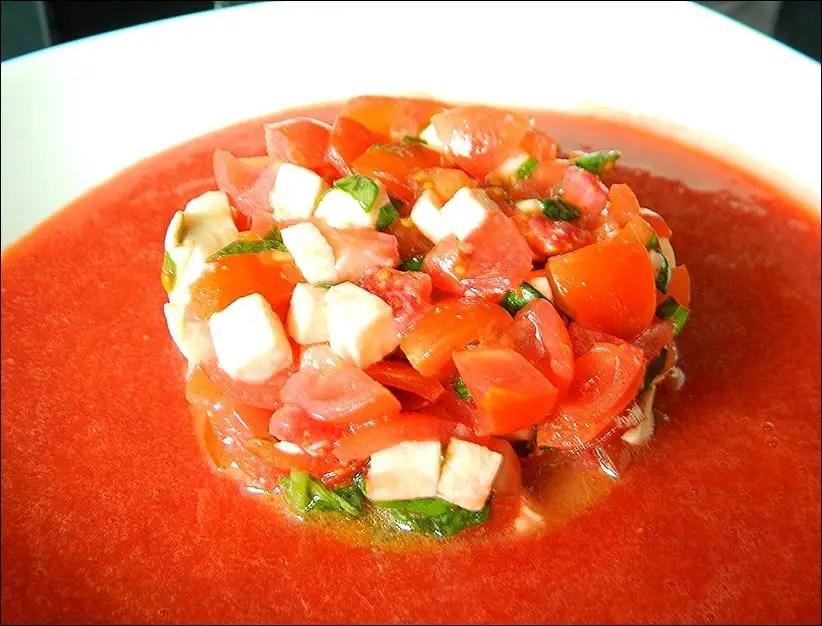 salade de tomates cerises fraises et mozzarella et son coulis de fraises