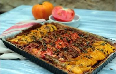 tarte aux tomates, oignons rouges et tapenade