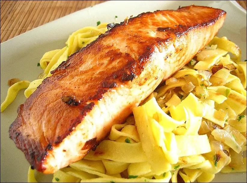 pavés de saumon laqués aux oignons