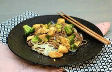 nouilles soba sautées au poulet brocoli gingembre et noix de cajou