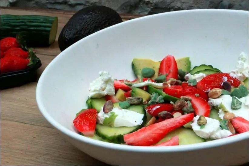 salade de fraises à l'avocat et chèvre frais