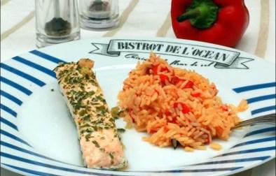 saumon à la vapeur de basilic et riz au poivron