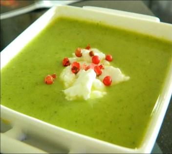 soupe froide de courgettes au pesto de roquette
