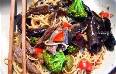 sauté de boeuf au brocolis champignons et nouilles chinoises