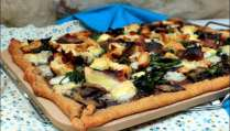 Pizza au poulet, bacon, épinards et champignons