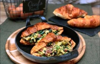 croissants aux oeufs brouillés et épinards