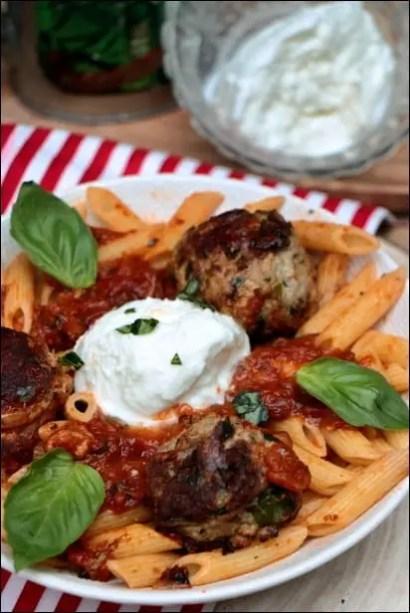 boulettes sauce tomate basilic pates et burrata