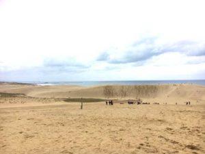砂丘入り口から馬の背を眺めて。奥の方に写っているのがオアシスと呼ばれる大きい水たまり
