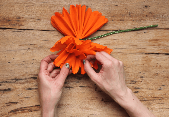 Mexican paper flowers step by step tutorial watch the video fanning out a mexican paper flower day of the dead mightylinksfo