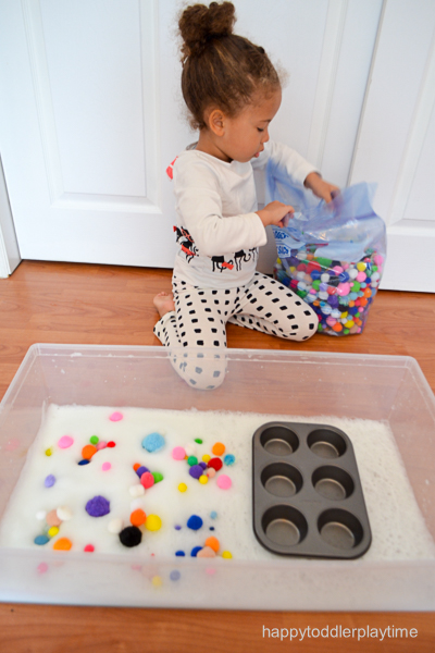 POM POM BUBBLES easy sensory bin activity for toddlers and preschoolers