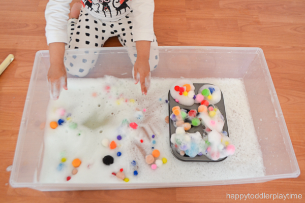POM POM BUBBLES sensory bin activity for toddlers and preschoolers