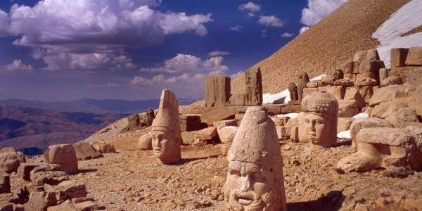 Статуи на горе Немрут-Даг фото