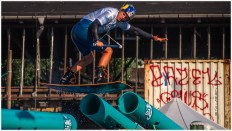 Wakeboarder im Sprung über Röhren