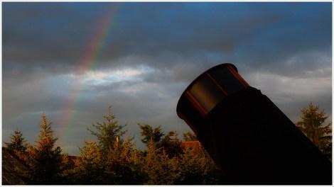 Ein Spiegelteleskop mit Regenbogen