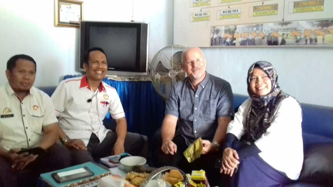 Prof. Richmond Stroupe PhD, didampingi oleh pihak Dinas Pendidikan Gowa yakni Hastuti Asis dan Mulyadi.