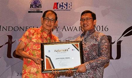 Bupati Tuban, H. Fathul Huda saat menerima pengharagaan Natamukti Reswara dari President of ICSB Indonesia, Hermawan Kertajaya. [Khoirul Huda]