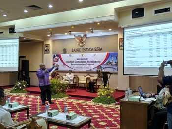 Kepala kantor BI Kediri Joko Raharto memberikan materi tentang data.