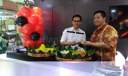 Jonathan Chandra (kanan) produk marketing saat membuka store di Hi Techmall