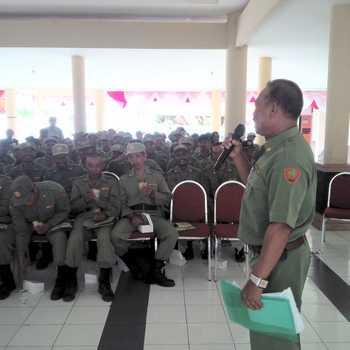 Satpol PP dan Komisioner KPU Batu saat melakukan rakor pengamanan Pilwali dengan anggota Linmas Kecamatan Bumiaji di kantor Kecamatan setempat.