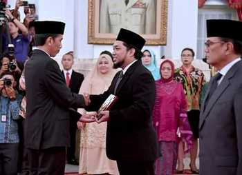KHR Azaim Ibrahimy Samsul Arifin (tengah) saat menerima gelar gelar Pahlawan Nasional mewakili KHR Asad Syamsul Arifin, baru baru ini. (ist).