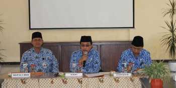 Sekretaris Daerah Drs H Hidayat MSi didampingi Kepala BKD dan Inspektur saat rapat terbatas kemarin. (Samsul Tahar/Bhirawa)