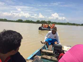 Rombongan Bupati Tuhan, H. Fathul Huda, Ketua DPRD dan Plt. BPBD Kabupaten Tuban saat naik perahu karet menuju lokasi salah satu Dusun di Desa Ngadipuro Kecamatan Widang yang terisolir akibat luapan suangai bengawan solo. (khoirul huda/bhirawa)