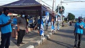 Jelang HUT Kota Sorong Ke-21, KNPI Bagi-Bagi Masker