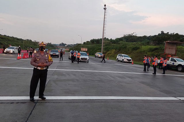 Kendaraan Masuk Gerbang Tol Kalikangkung, Diperiksa Administrasi dan Swab Antigen