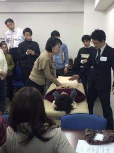 鍼道五経会による腹診指導の風景