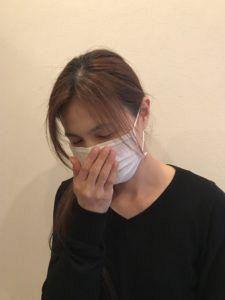 花粉症に悩む女性の写真