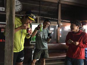 金剛山ナイトハイクでカップラーメンを食べるの写真