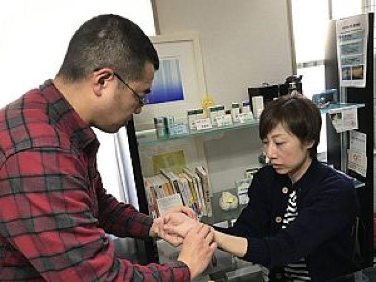 鍼道五経会の脈診実技の風景写真