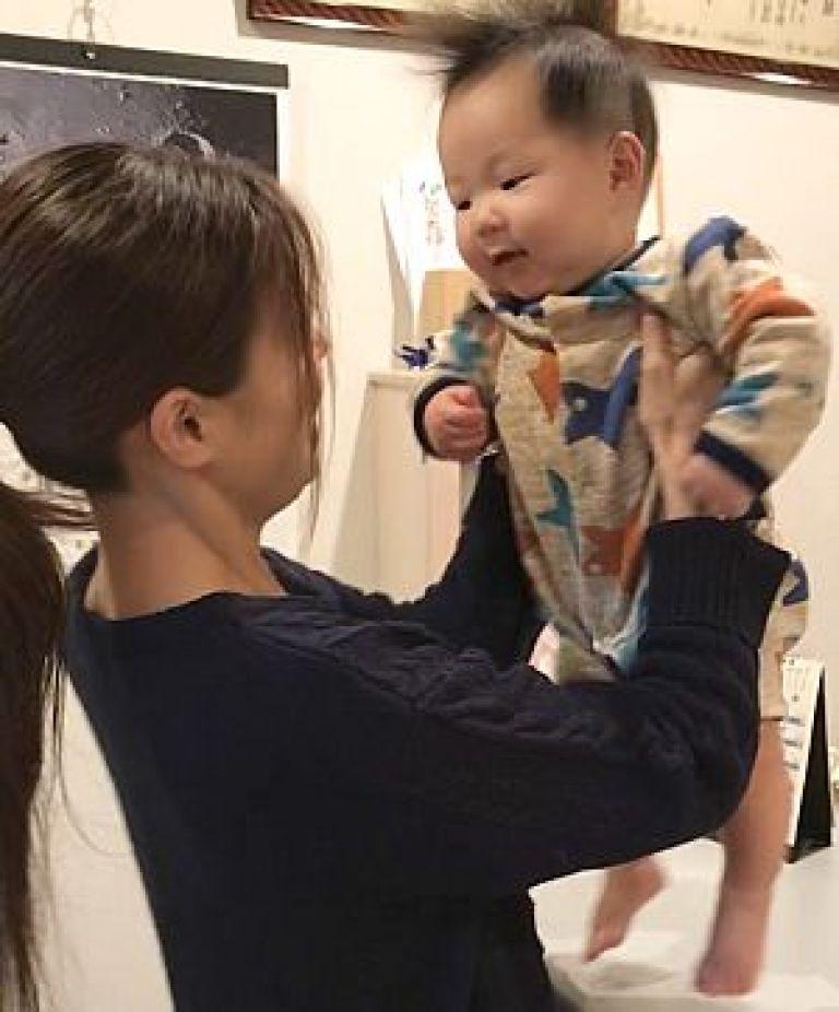 女性と赤ちゃんの写真