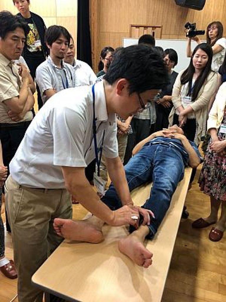 足立繁久先生による実技「鍼刺激・鍼治療による脈診の変化」