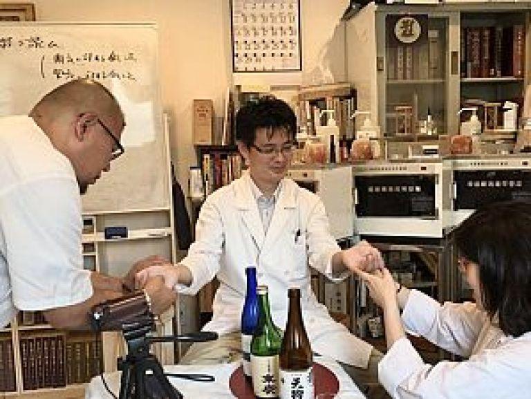 鍼道五経会の利き酒脈診の風景写真