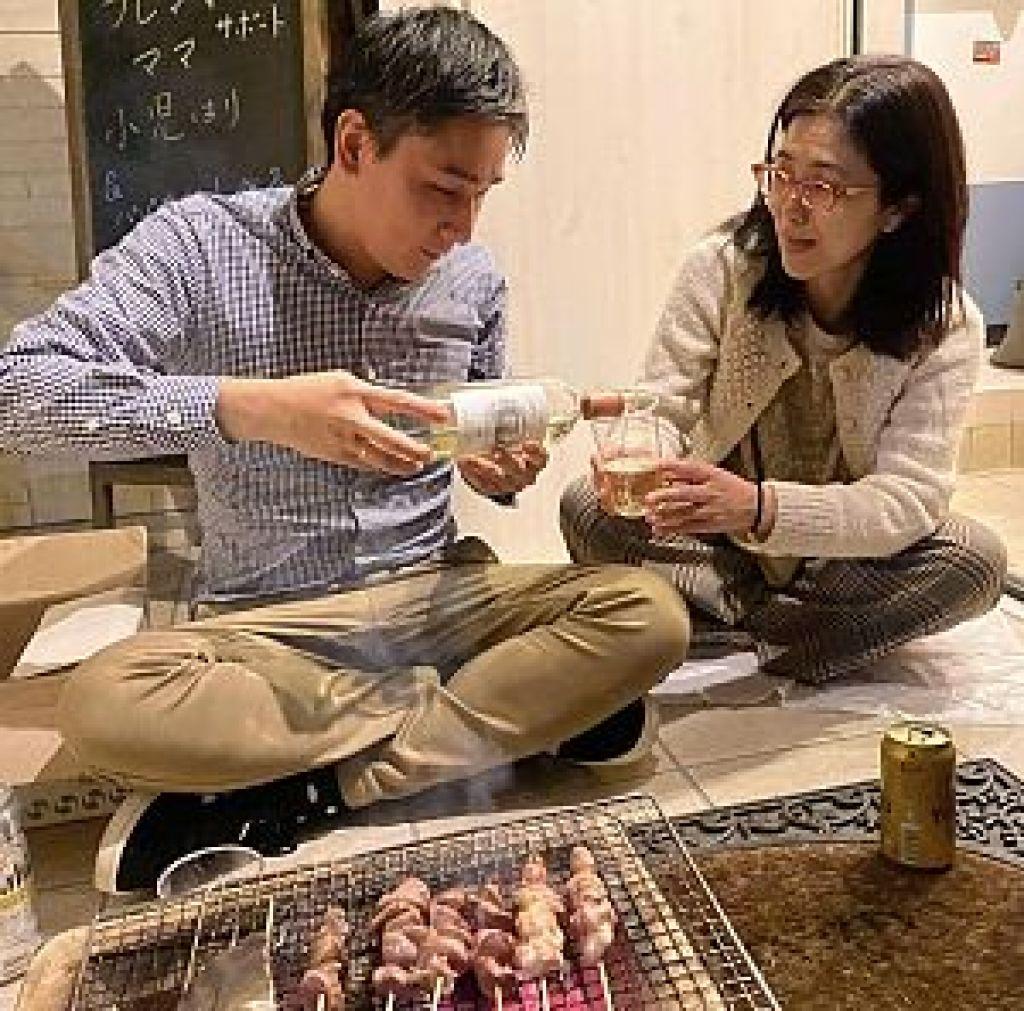 焼き鳥と白ワインを楽しむ鍼道五経会メンバー