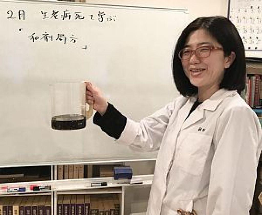 四物湯を持つ阿野美也子先生