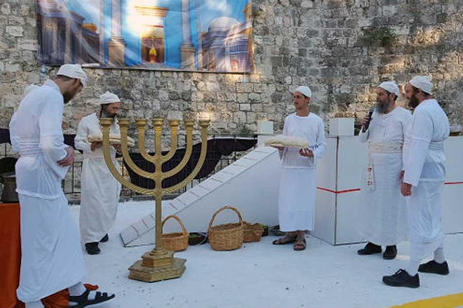 Menuju Bait Suci 3: Para Imam Melaksanakan Kembali Upacara Persembahan Buah Sulung