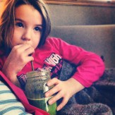 Grande fille et son jus vert