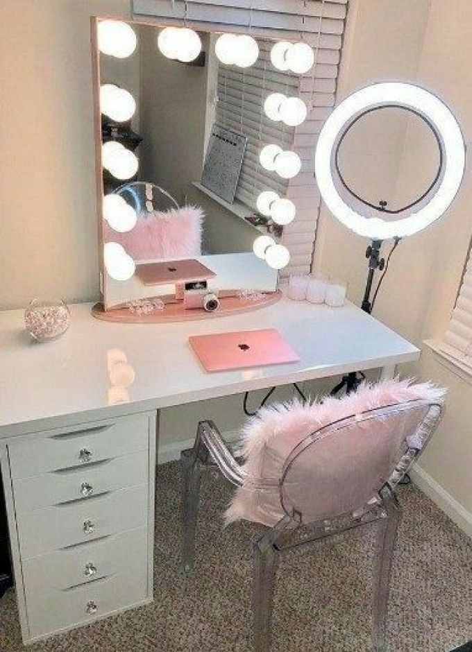 DIY Vanity Mirror with Lights for a Beauty Vlogger - Harppost.com