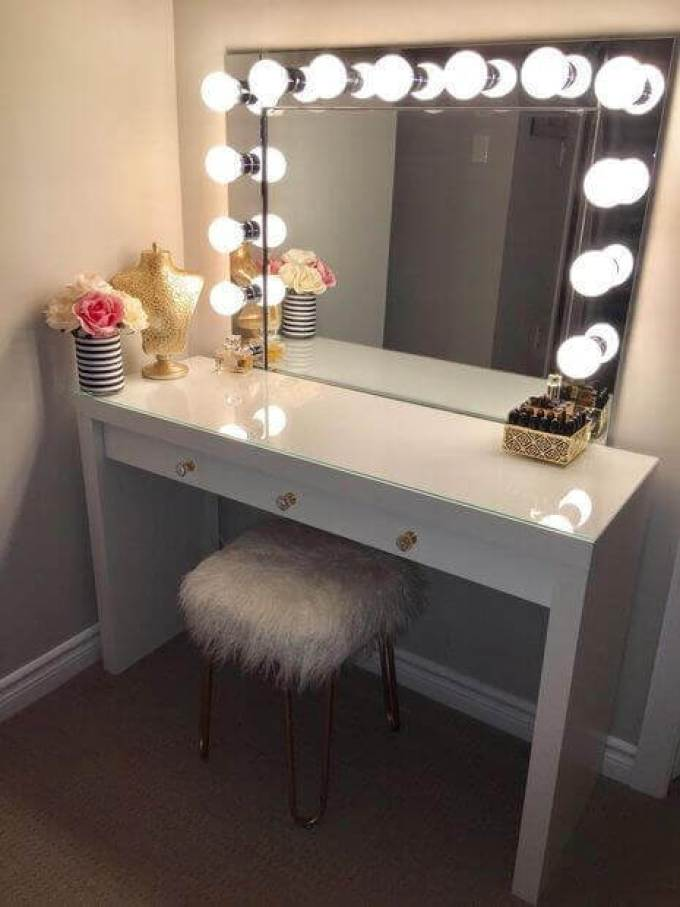 DIY Vanity Mirror with Lights for a Diva - Harppost.com