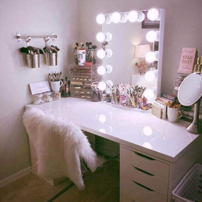 Hollywood Style DIY Vanity Mirror with Lights - Harppost.com