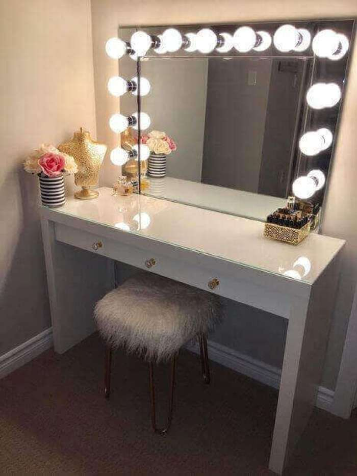 DIY Vanity Mirror with Lights for a Diva - Harptimes.com