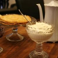 Íslenskar pönnukökur með sultu og rjóma.